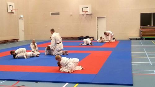 De 1e groep traint op de nieuwe judomatten